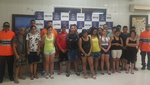 El grupo de inmigrantes rescatados por la Armada Colombiana. (Twitter)
