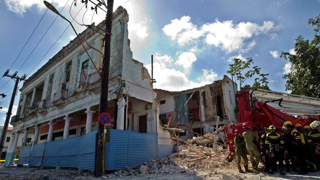 El colapso del inmueble ocurrió cerca de las seis de la mañana, mientras las familias de la segunda planta dormían. (EFE)