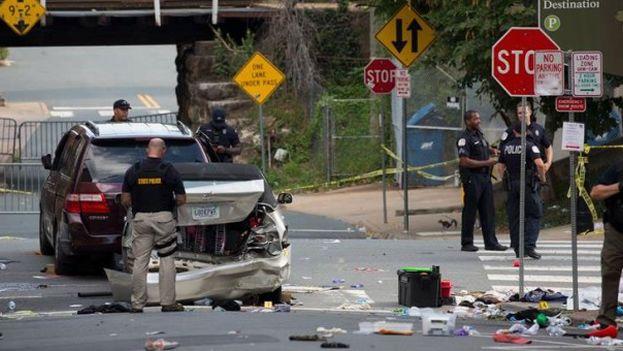 La policía inspecciona el vehículo que participó en un atropello masivo contra manifestantes opuestos a la marcha supremacista en Virginia. (EFE)