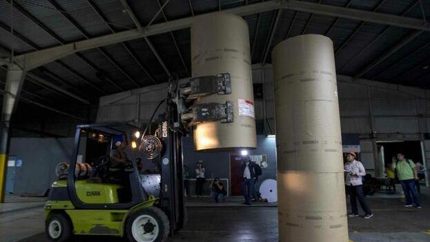 El papel y la tinta llegaron a las instalaciones del grupo Editorial La Prensa, donde funciona el diario 'La Prensa' y el 'Hoy', en camiones de carga. (EFE)