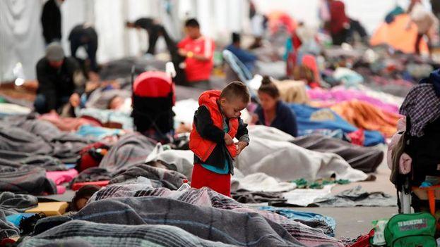 Entre los miles de personas que se mueven por las instalaciones corretean multitud de niños, solos o acompañados por sus familias (EFE)