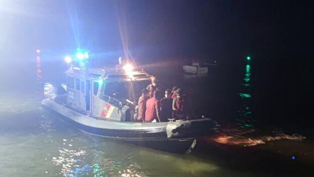 La Armada confirmó que poco después los extranjeros fueron puestos a disposición de las autoridades migratorias. (Armada de Colombia)