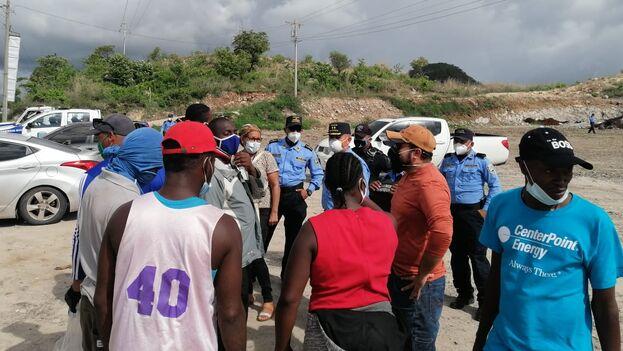 Los migrantes fueron interceptados por agentes policiales mientras caminaban por la carretera que conduce de Choluteca a Tegucigalpa. (hondudiario)