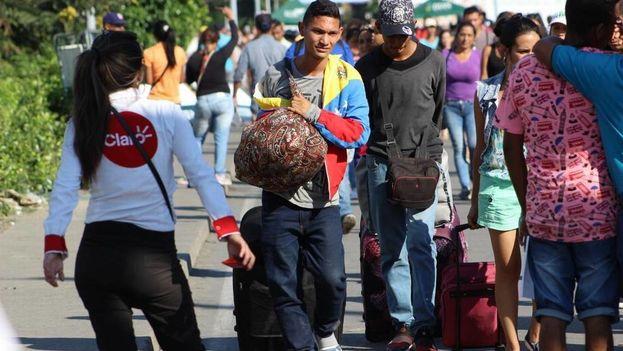 Más de 35.000 venezolanos cruzan diariamente el puente internacional Simón Bolívar que conecta a Colombia con Venezuela en busca de alimentos, cuidados de salud y libertad. (14ymedio)