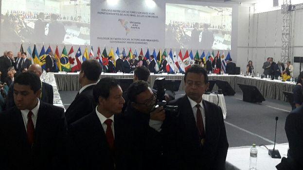 La seguridad tuvo que interponerse entre quienes protestaban y la mesa principal del encuentro. (ALBA)