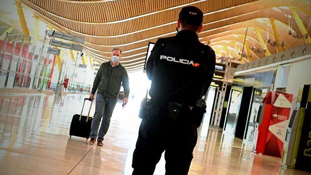 La intervención se llevó a cabo el pasado viernes cuando la Policía tuvo conocimiento de la llegada a España de una persona reclamada por Perú. (EFE/Archivo)