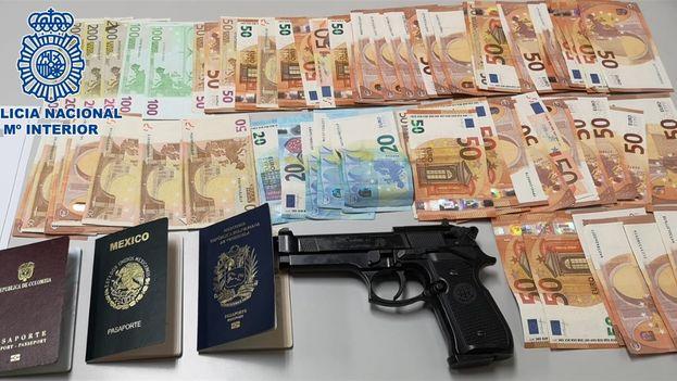 La policía española ha intervenido a los detenidos 4.500 euros y una pistola simulada con la que presuntamente se llevaron a cabo las amenazas. (Policía Nacional)