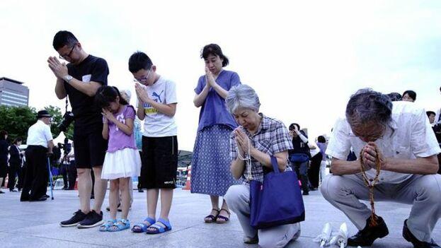 En la ciudad japonesa de Hiroshima un grupo de japoneses rinde tributo a los muertos de la bomba atómica de 1945. (EFE)