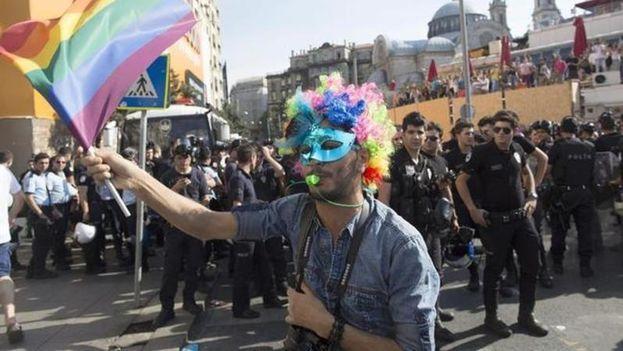 El pasado año, la policía turca utilizó gases lacrimógenos y cañones de agua contra quienes estaban en una céntrica calle de Estambul para participar en la marcha. (EFE)