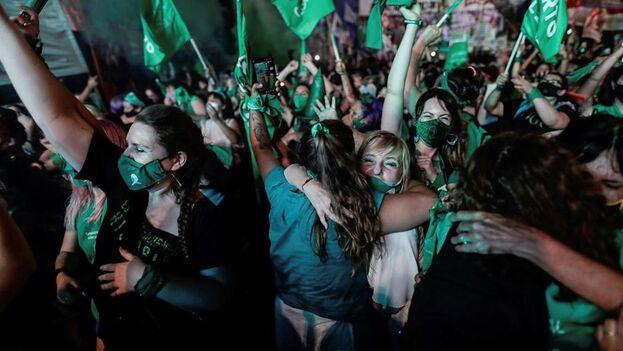 La marea verde, como se conoce a los grupos que apoyan la legalización, lanzó gritos de júbilo y emoción al conocerse la decisión. (EFE/ Juan Ignacio Roncoroni)