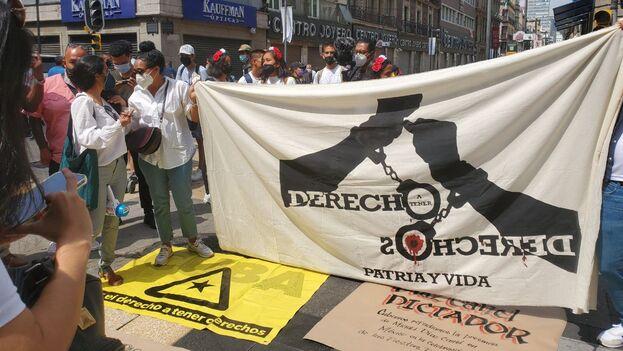 """Con gritos de """"libertad"""", """"libertad para los presos políticos en Cuba"""" y """"viva Cuba libre"""", una veintena de cubanos mostraron su indignación por la presencia de Miguel Díaz-Canel en México. (14ymedio)"""