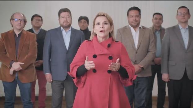 La mandataria transitoria apareció en el vídeo de unos tres minutos y medio de duración acompañada de su equipo y políticos que la respaldan. (Captura)