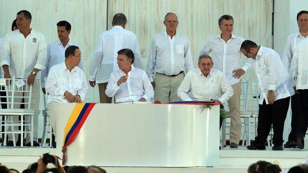 Muchos mandatarios, entre ellos el cubano Raúl Castro, estuvieron presentes en la firma del acuerdo de paz en Colombia. (EFE)