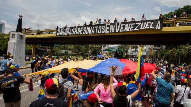 Un grupo de personas participa en una manifestación en la ciudad de Caracas, Venezuela. (Miguel Gutiérrez/EFE)