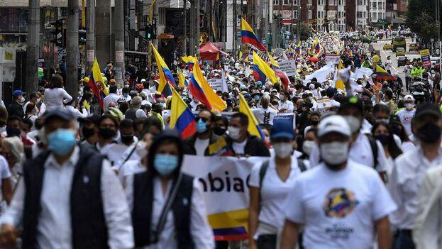 Centenares de personas recorrieron varias ciudades de Colombia en protesta contra las manifestaciones que tienen lugar en el país desde el 28 de abril. (EFE)