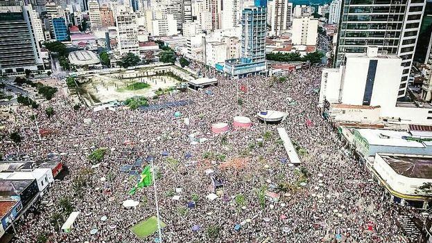 Las manifestaciones contra Bolsonaro fueron multitudinarias. A pesar de ser el candidato favorito, las encuestas lo colocan como perdedor en segunda vuelta. (EFE)