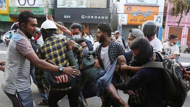 Las manifestaciones masivas exigen a los militares que devuelvan el poder al pueblo y liberar a los políticos detenidos tras la asonada. (EFE)