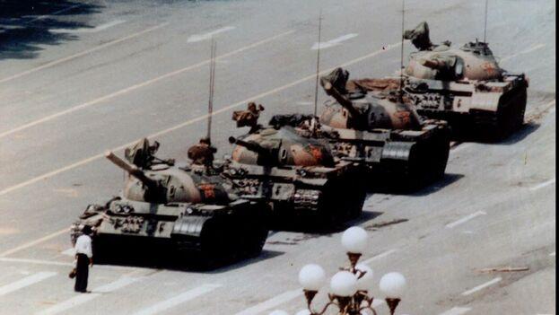 Un manifestante anónimo se enfrenta a una columna de tanques chinos en la plaza de Tiananmen en junio de 1989. (Twitter)
