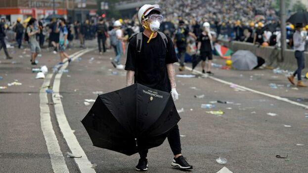 Un manifestante sostiene un paraguas durante las protestas en Hong Kong. (EFE)