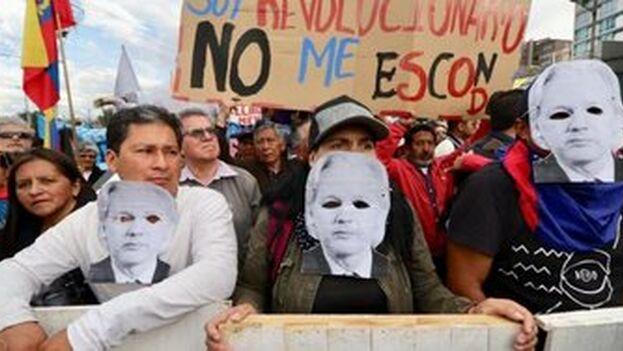 Los manifestantes la detención de Assange por las autoridades británicas tras la retirada de asilo diplomático de Ecuador al australiano.
