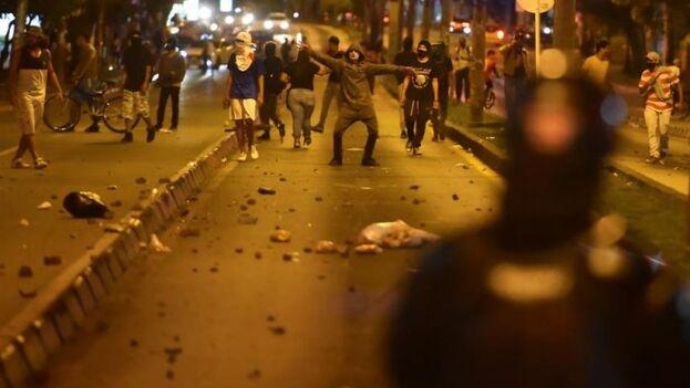 Los manifestantes salieron a las calles a repudiar la muerte del abogado Javier Ordóñez a manos de agentes policiales. (EFE)