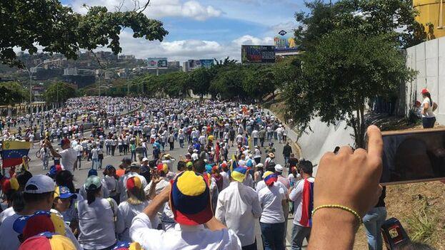 Los manifestantes empiezan a reunirse en los puntos acordados para respaldar a Juan Guaidó.