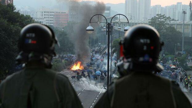 Los manifestantes hongkoneses se enfrentaron a una policía armada como pocas veces en este día del aniversario de China. (EFE/EPA/Jerome Favre)