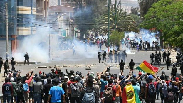 Los manifestantes se enfrentan con policías antidisturbios este lunes en Cochabamba. (EFE/Jorge Ábrego)