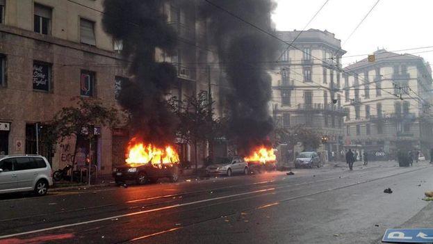 La policía y los manifestantes antisistema se han enfrentado en una batalla campal en las calles de Milán