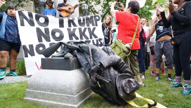 Un grupo de manifestantes tumbó a golpes una estatua confederada en Durham, Carolina del Norte. (@jfmoriche)