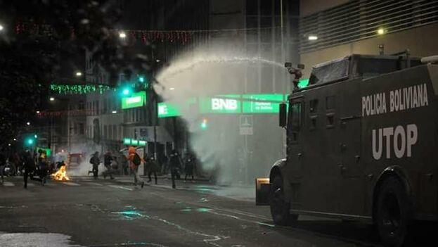 La policía intervino para mediar entre los dos grupos de manifestantes, contrarios y favorables a Morales. (Abad Miranda)