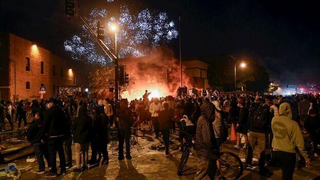 miles de manifestantes decidieron ignorar el toque de queda impuesto en la ciudad. (Mdz)