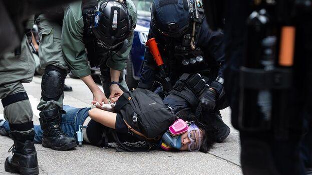"""Los manifestantes fueron detenidos por """"reunión ilegal"""" y por """"causar desórdenes"""" públicos. (EFE/EPA/Jerome Favre)"""