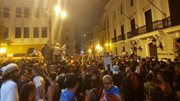 Los manifestantes celebran la dimisión de Ricardo Rossellló. (14ymedio/Juan Jaramillo)
