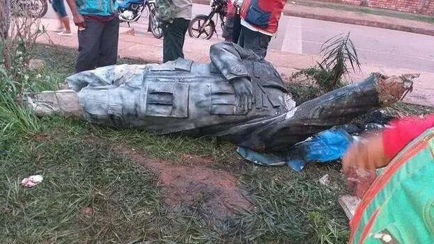 Los manifestantes ataron una soga al cuello de la escultura de Hugo Chávez y le cortaron los pies. (Captura de video)