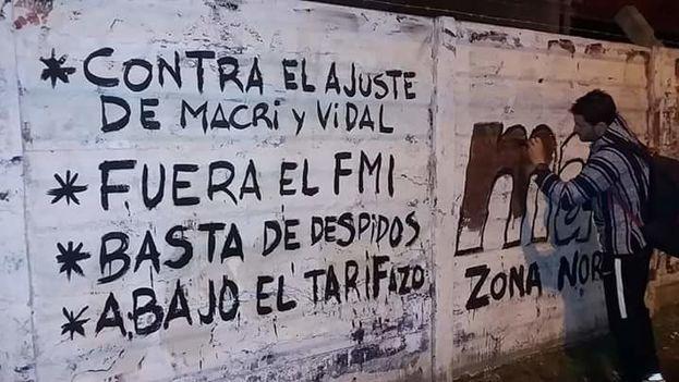 Los manifestantes rechazan, entre otras cosas, la intervención del FMI en la recuperación argentina. (@EricSimonetti)