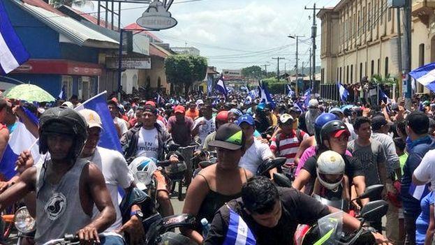 Como apoyo a la causa de los manifestantes, centenares de vehículos y motocicletas marcharon desde Managua hacia el departamento de Masaya. (@samopavon)