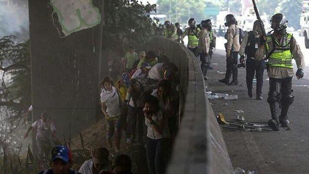 """La policía reprime a los manifestantes opositores en """"la madre de todas las marchas"""" en Venezuela. (Redes)"""