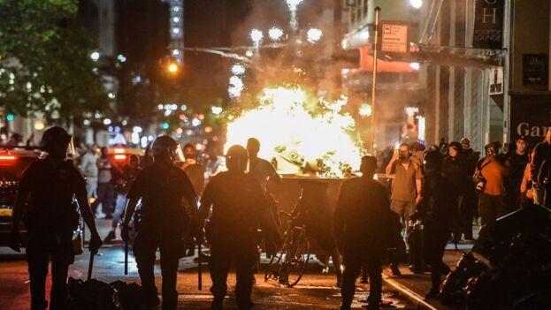 Las actuaciones violentas sucedieron al tiempo que en calles cercanas cientos de manifestantes protestaban pacíficamente, con minutos de silencio en honor Floyd. (EFE)
