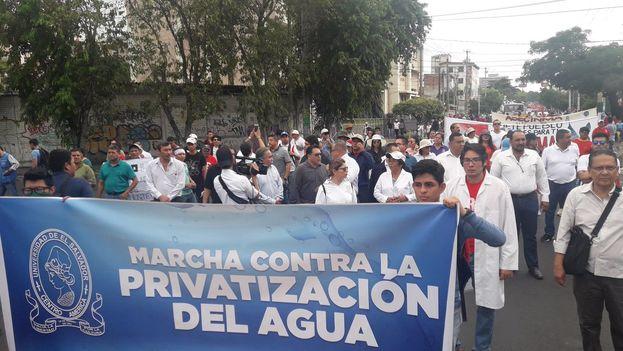 Los manifestantes temen que la superioridad de las empresas en el consejo implique una privatización del agua. (@UESoficial)