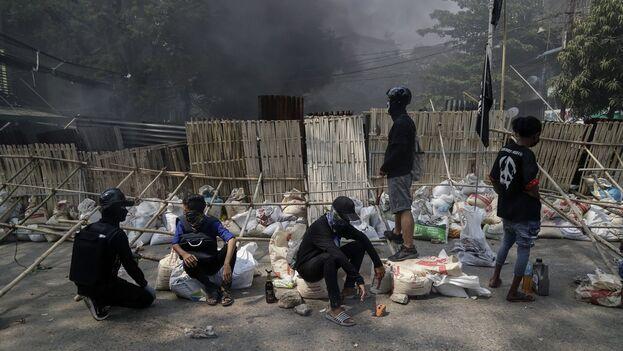 Un grupo de manifestantes este viernes en las calles de Rangún, Birmania. (EFE/Stringer)