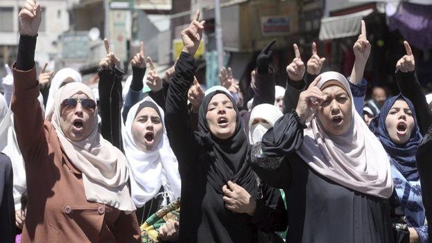 """Un grupo de activistas se manifestaron ante el Parlamento de Jordania para reclamar el veto a la ley que permitía los llamados matrimonios """"por honor"""". (EFE)"""