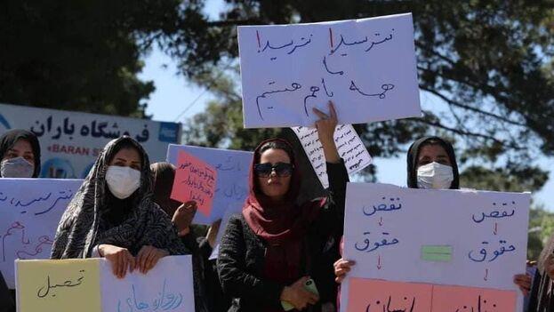 Un grupo de mujeres se manifestó en Herat para decir a los talibanes que no permitirán que se las aparte de la sociedad. (@FarihaEasar)