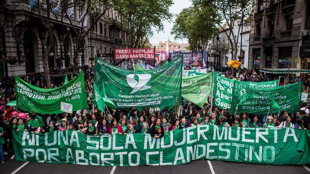 El pasado 19 de febrero miles de mujeres marcharon por las calles de Buenos Aires reclamando el derecho al aborto legal y seguro. (@PorAbortoLegal)