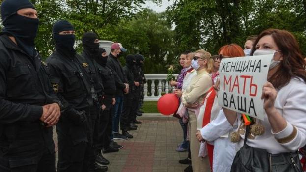 De apoyar masivamente a Lukashenko, las mujeres bielorrusas han pasado a la vanguardia de la lucha para sacarlo del poder. (EFE)