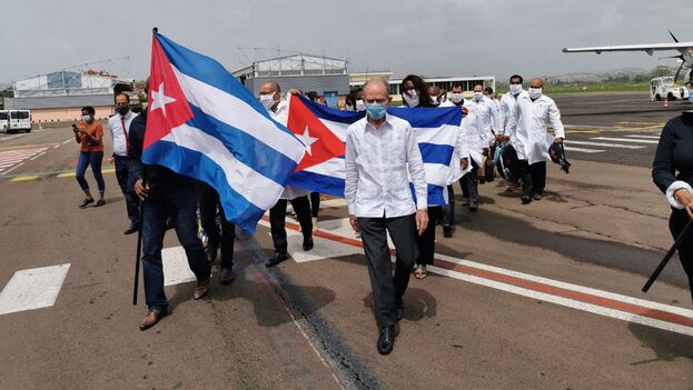 La misión de médicos cubanos a su llegada al aropuerto de Martinica. (Twitter/@CTM_Martinique