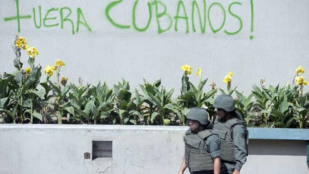 Los médicos cubanos son vistos desde la oposición como un ejército de ocupación. (Archivo)