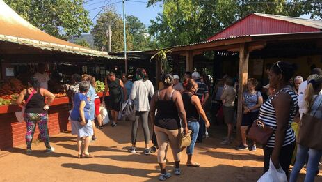 Los mercados de Cuba son un foco propenso a las multitudes. (14ymedio)