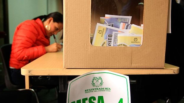 Una mesa de votaciones para el plebiscito en Colombia. (EFE)