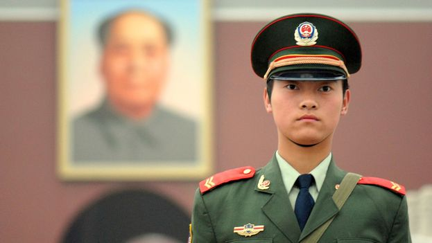 Un miembro de la policía armada popular en la plaza de Tiananmen. (CC)